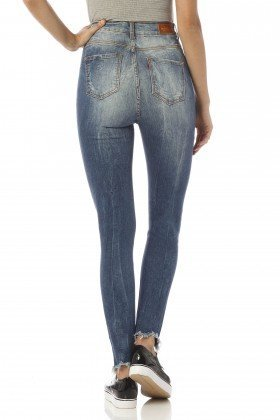 calca skinny cropped hot pants detonada dz2432 costas proximo denim zero