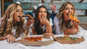 capa dia da pizza com as amigas e denim zero