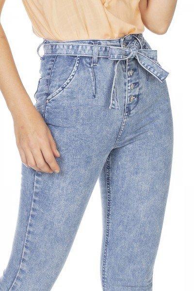 dz3228 calca jeans feminina skinny hot pants com cinto denim zero frente detalhe