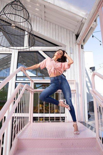 dz3144 calca jeans feminina skinny media cigarrete com puidos denim zero frente pose 04